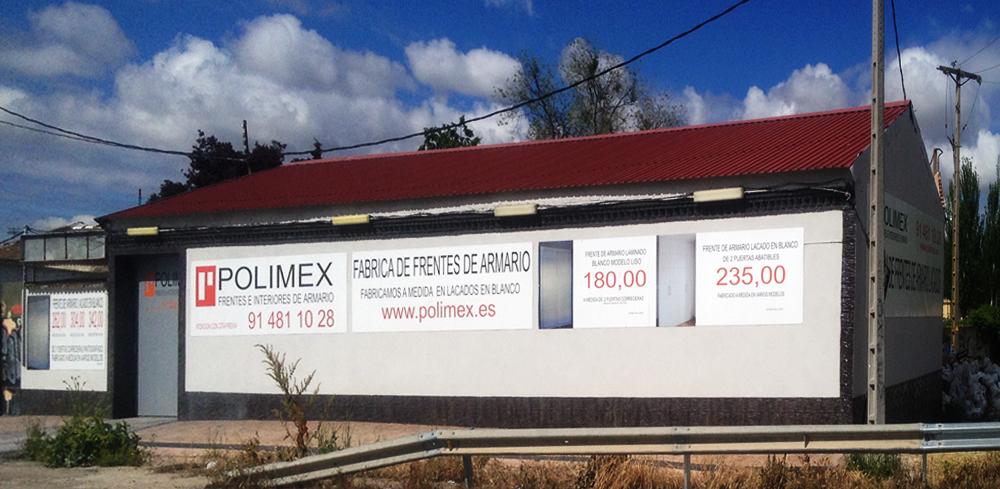 Exposicion de frentes de armario lacados en blanco Polimex